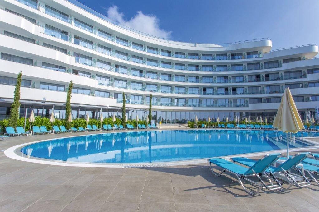 ast 19 010 pools Hotel Weekly #5: Представяме ви RIU Astoria, Златни Пясъци