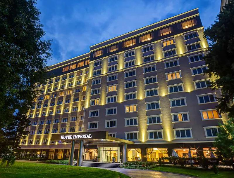 ezgif.com gif maker 10 5 години по-късно: Хотелската верига Radisson Group се завръща в България