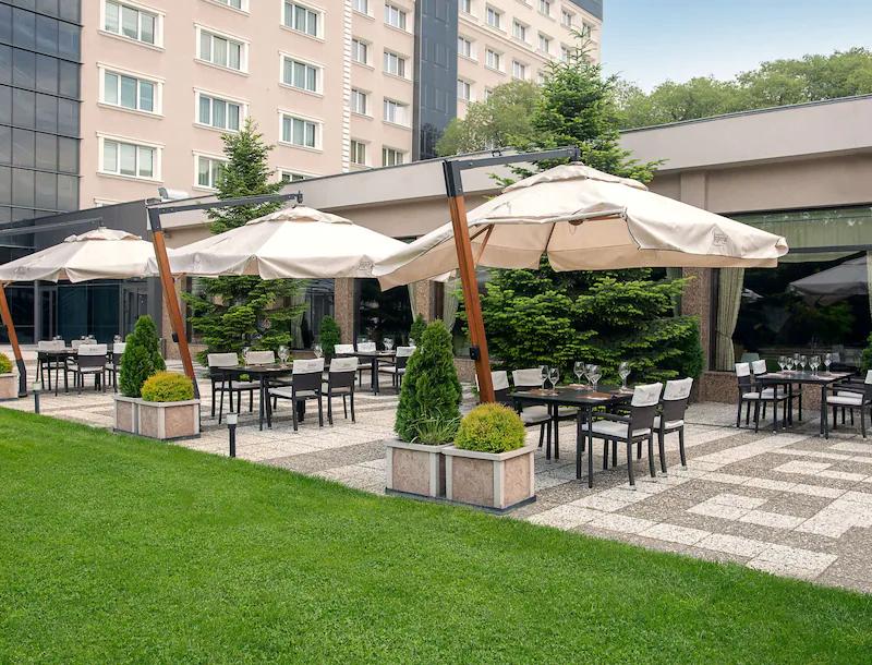 ezgif.com gif maker 11 5 години по-късно: Хотелската верига Radisson Group се завръща в България