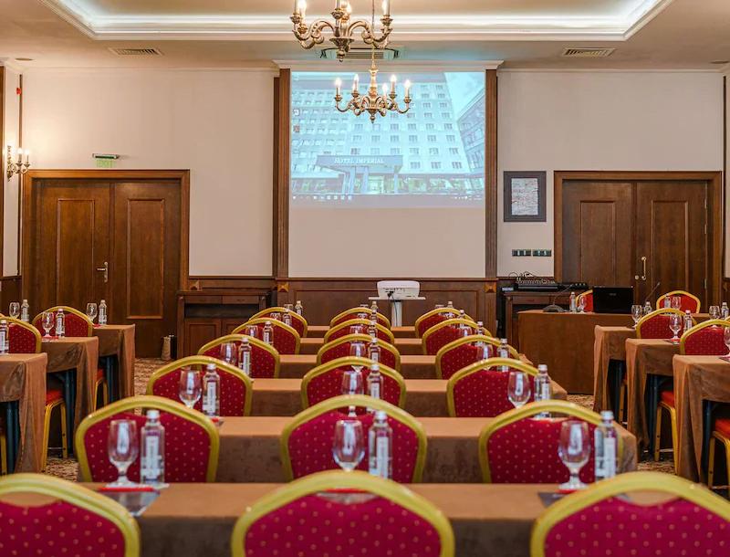 ezgif.com gif maker 14 5 години по-късно: Хотелската верига Radisson Group се завръща в България